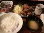 唐揚げ、タコ煮つけ(小鉢)、漬物、味噌汁(しじみ)