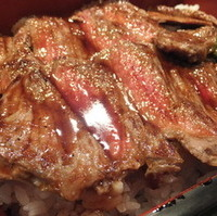 ステーキ重・サラダ・味噌汁・漬物付