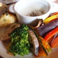 野菜たっぷりあたたかいサラダとハーブフリットチーズディップ
