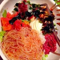 桜肉ユッケと韓国冷麺のコリアンサラダ