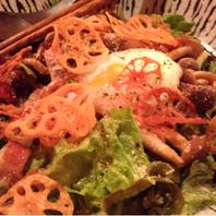 キノコとベーコンの温玉サラダ