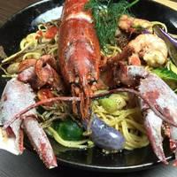 オマール海老と旬の食材を使ったプレミアムパスタ