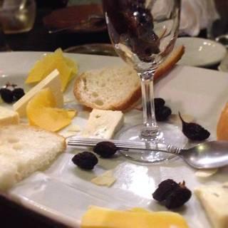チーズ盛り合わせ 房付レーズンとバケットを添えて