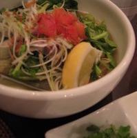 鶏肉と空芯菜の塩レモンフォー