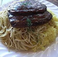 牛肉の薄切りステーキ  バターライスとスパゲッティ添え