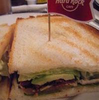 チキンとアボカドのサンドイッチ