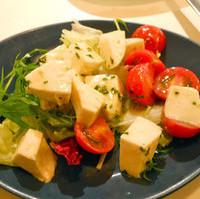 モッツァレラとトマトのグリーンソース