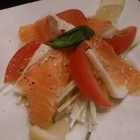 サーモンとチーズとトマトのカルパッチョ