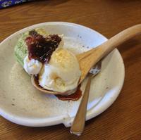 ロールケーキとアイスクリームのデザート