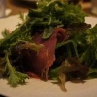 生ハムとたっぷり生野菜のサラダ
