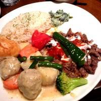 <或る日のMIXランチ>(平日ランチメニュー)牛スネ肉と野菜の柔らか煮 + 鶏ドネルケバブ