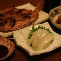 板さんが昨日釣ってきたイカで一杯。それと小田原で買ってきた、きんめの干物もおいしかったです。