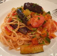 たっぷりナスとシチリア産大粒ケッパーのつぼみのトマトソーススパゲッティー