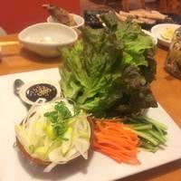 厚切り蒸し豚のデジボッサム (豚肉の野菜包み) の野菜とソース