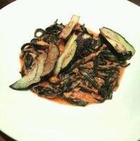 イカスミの自家製パスタ タリオリーニ本ずわい蟹と茄子のトマトソース
