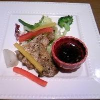 やまと豚ロースの串焼きと温野菜のサラダ